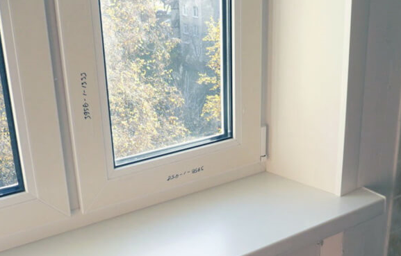 Образец готовой отделки откосов на окне ПВХ
