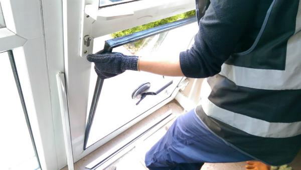 Производит ремонт стеклопакета в пластиковой двери